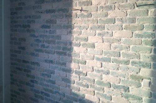 бирюзово-голубой кирпич стена