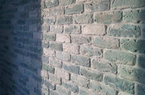 бирюзово-голубой кирпич стена1